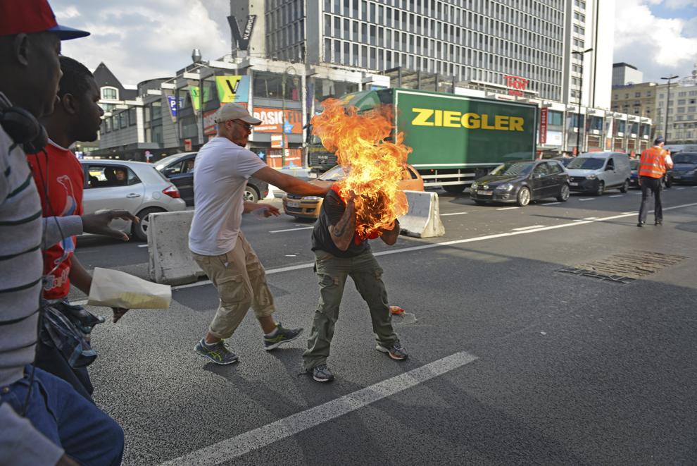 Un bărbat se autoincendiază în timpul unei demonstraţii a refugiaţilor la Bruxelles, vineri, 3 octombrie 2014.