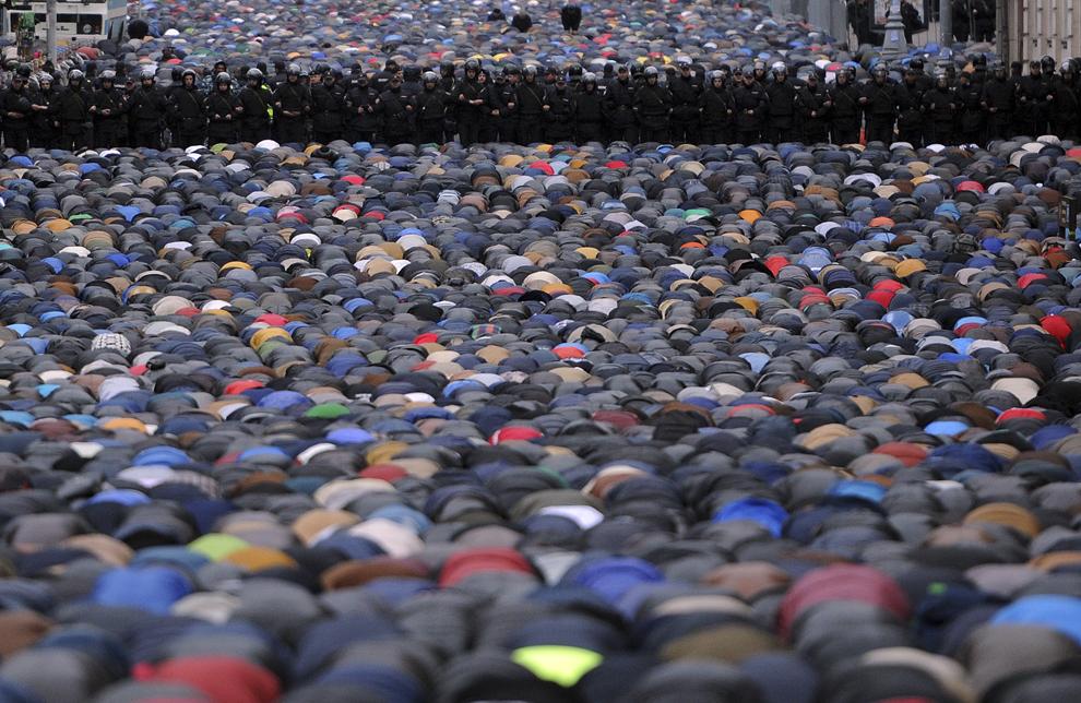 Musulmani ruşi se roage pe o stradă în apropiere de Moscheea Centrală, în timpul Eid al-Adha festival, la Moscova, sâmbătă, 4 octombrie 2014.