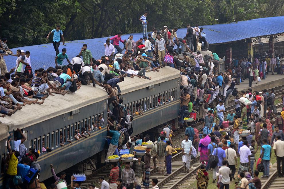 Navetişti din Bangladesh se urcă pe un tren în drumul lor spre casă, cu puţin timp inaintea festivalului musulman Eid al-Adha, în Dhaka, vineri, 3 octombrie 2014.