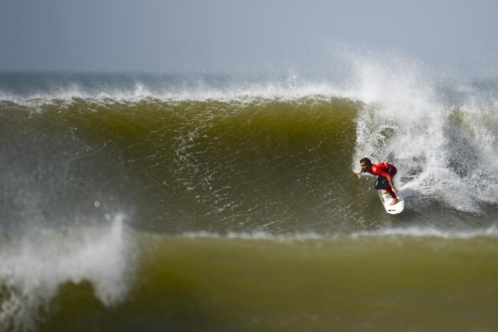 Surferul spaniol Aritz Aranburu evoluează în runda 5 a Moche Rip Curl Pro Portugal, pe plaja Supertubos din Peniche, Portugalia, luni, 20 octombrie 2014.