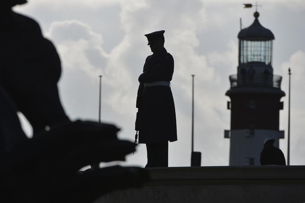 Membri ai forţelor armate şi cadre militare în rezervă (Royal Navy, Royal Marines, Royal Air Force) participă la ceremoniile prilejuite de sărbătorirea Zilei Eroilor (Remembrance Day), în Plymouth, Marea Britanie, duminică, 9 noiembrie 2014.