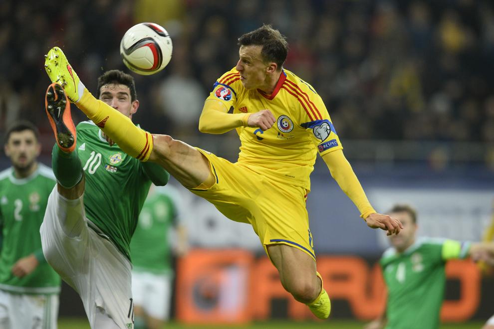 Vlad Chiricheş, de la naţionala de fotbal a României, se luptă pentru balon cu Kyle Lafferty, de la selecţionata Irlandei de Nord, în timpul meciului din etapa a patra a grupei F a preliminariilor Campionatului European din 2016, în Bucureşti, vineri, 14 noiembrie 2014.