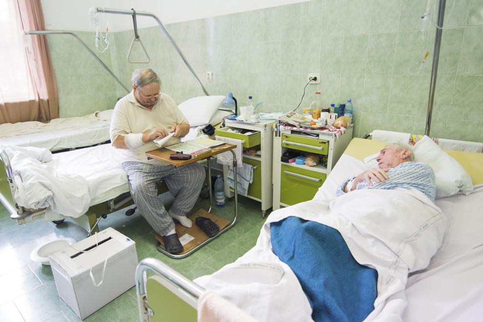 Pacienţi votează pentru turul al doilea al alegerilor prezidenţiale, la Spitalul Judeţean Sibiu, duminică, 16 noiembrie 2014.