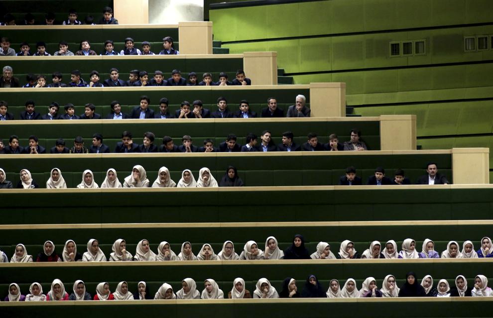 Eleve iraniene participă la o sesiune parlamentară în Teheran, Iran, marţi, 18 noiembrie 2014.