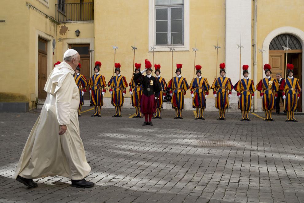 Papa Francis trece pe langă garda elveţiană la finalul unei audienţe private cu preşedintele Senegalului, Macky Sall, în Vatican, marţi, 18 noiembrie 2014.