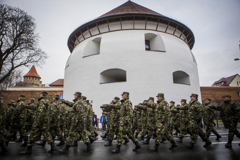 Militari defilează cu prilejul Zilei Naţionale a României, în Sibiu, luni, 1 decembrie 2014.