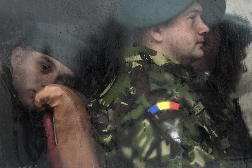 Militari stau în autocare înainte de începerea paradei militare organizată cu ocazia Zilei Naţionale a României, în Piaţa Constituţiei din Bucureşti, luni, 1 decembrie 2014.