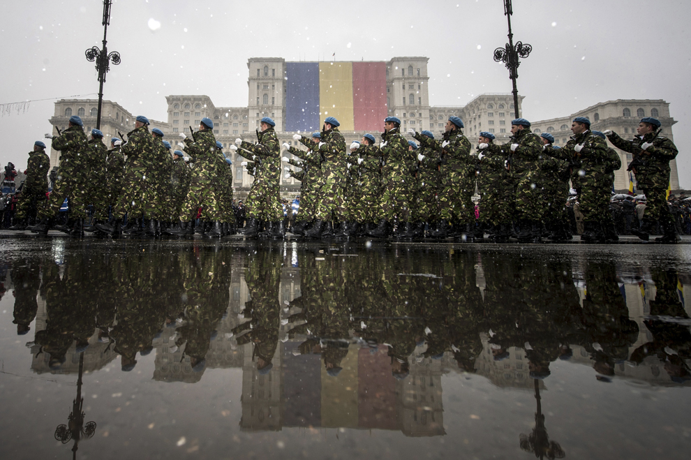 Cadre militare defilează în timpul paradei militare organizate cu ocazia Zilei Naţionale a României, în Piaţa Constituţiei din Bucureşti, luni, 1 decembrie 2014.