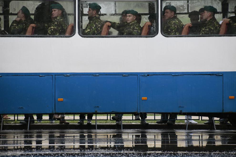 Cadre militare aşteaptă într-un autocar începerea paradei organizate cu ocazia Zilei Naţionale a României, în Piaţa Constituţiei din Bucureşti, luni, 1 decembrie 2014.