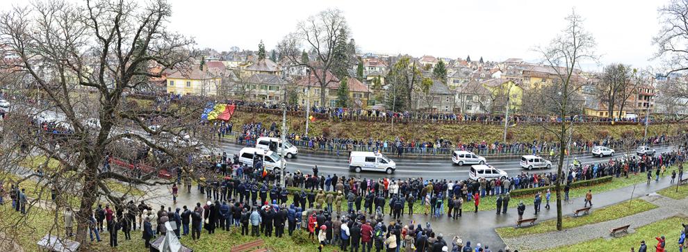 FOTOGRAFIE PANORAMICĂ Militari defilează în cadrul paradei organizate cu ocazia Zilei Naţionale a României, la Sibiu, luni, 1 decembrie 2014.