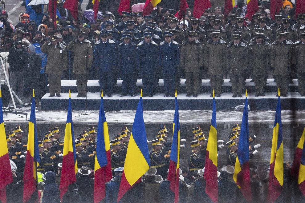 Militari defilează cu prilejul paradei organizate cu ocazia Zilei Naţionale a României, în Piaţa Constituţiei din Capitală, luni, 1 decembrie 2014.