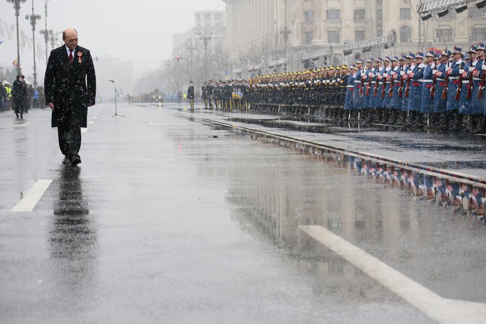 Preşedintele în exercitiu Traian Băsescu soseşte la parada militară organizată cu ocazia Zilei Naţionale a României, în Piaţa Constituţiei din Capitală, luni, 1 decembrie 2014.