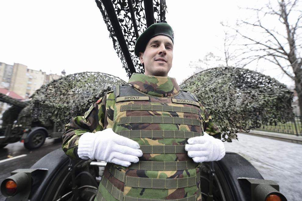 Un militar aşteaptă începerea paradei organizate cu prilejul Zilei Naţionale a României, în Piaţa Constituţiei din Capitală, luni, 1 decembrie 2014.