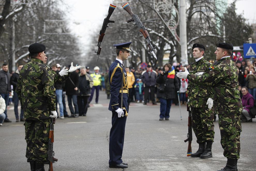 Militari efectuează exerciţii demonstrative de mânuire a armamentului, în timpul paradei organizate cu ocazia Zilei Naţionale a României, în Buzău, luni, 1 decembrie 2014.