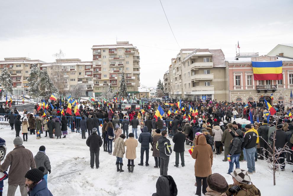 Persoane participă la manifestările organizate cu prilejul Zilei Naţionale a României, la Sfântu Gheorghe, luni, 1 decembrie 2014.