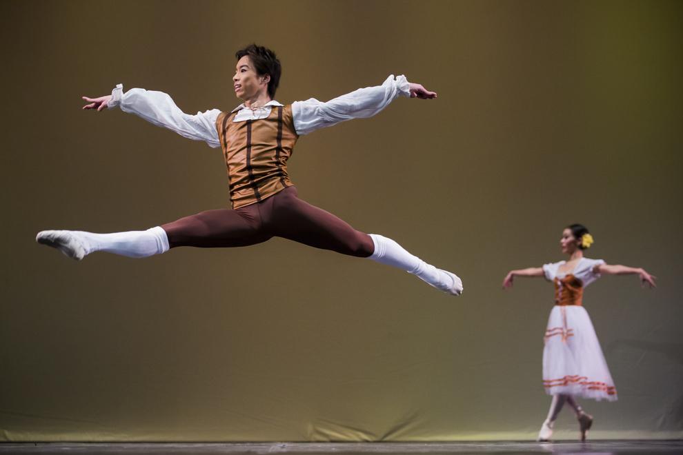 """Balerini ai Teatrului de Balet Sibiu dansează în cadrul spectacolului """"Gala de Balet"""", pe scena Casei de Cultură a Sindicatelor din Sibiu, miercuri, 28 ianuarie 2015."""
