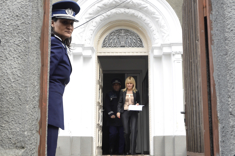 Deputatul Elena Udrea pleacă de la Secţia 2 Poliţie, în Bucureşti, marţi, 3 februarie 2015. Elena Udrea s-a prezentat la Secţia 2 Poliţie, aşa cum a stabilit cu poliţiştii supraveghetori, după ce a fost pusă sub control judiciar în dosarul Microsoft, în care este urmărită penal pentru spălare de bani şi fals în declaraţiile de avere.