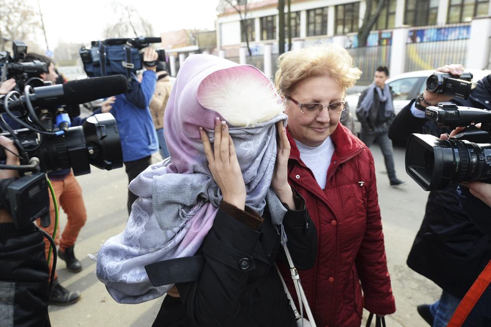 O tânără iese din secţia 19 de poliţie, în Bucureşti, joi, 5 februarie 2015. Aproximativ 50 de femei au fost aduse cu mandat la Poliţie, într-un dosar de proxenetism.
