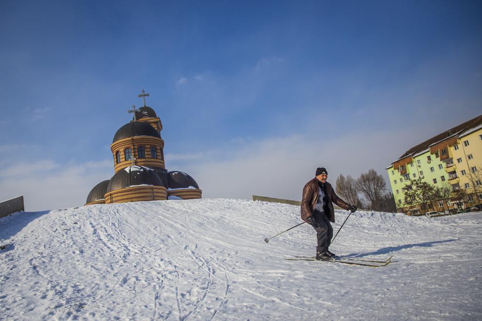 Danca Pavel, 65 ani, schiaza in parcul din cartierul Strand din Sibiu, marti, 10 februarie 2015.