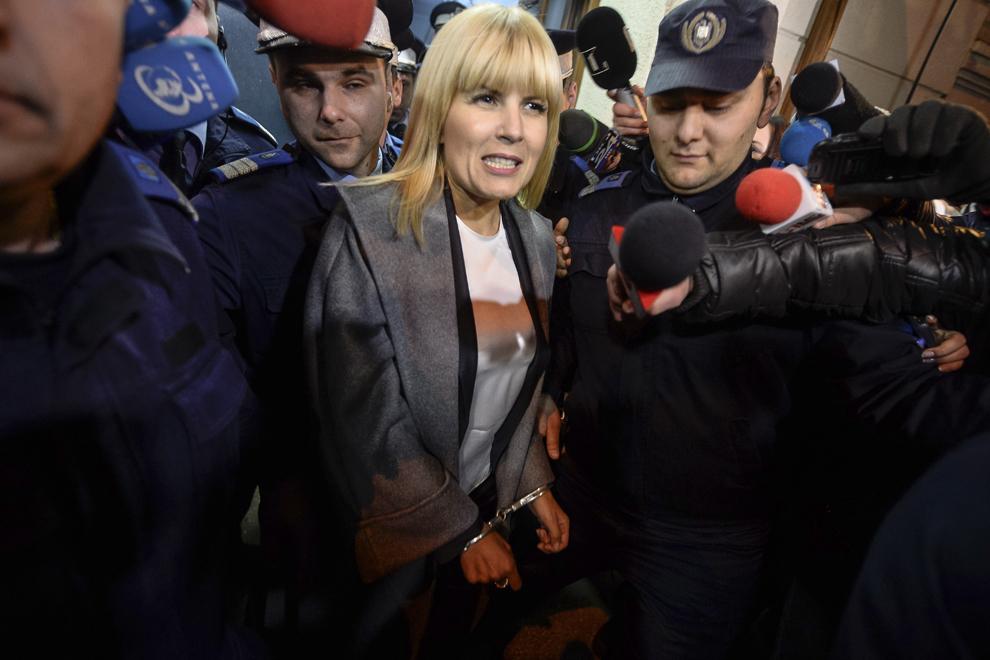 Elena Udrea iese din sediul DNA, urmand a fi condusa în arestul Politiei Capitalei, in Bucuresti, marti, 10 februarie 2015. Fostul ministru al Dezvoltarii Regionale si Turismului Elena Udrea a fost retinuta, marti seara, de procurorii DNA în dosarul Microsoft.