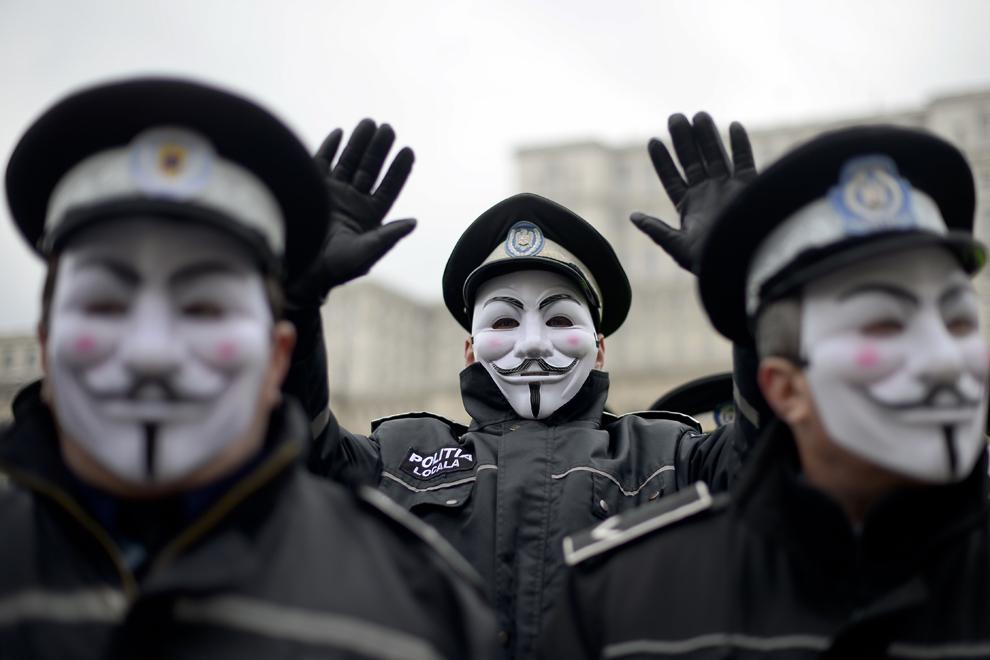 Un agent al Poliţiei Locale gesticulează, în timpul unui protest, în Piaţa Constituţiei din Bucureşti, luni, 16 februarie 2015. Conform  unui comunicat emis de Sindicatul PRO LEX, politiştii locali din toată ţara au ieşit în stradă pentru a protesta faţă de reducerea normei de hrană cu 50%.
