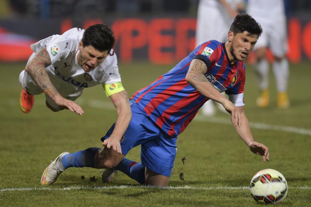 Cristian Tănase, de la Steaua Bucureşti, se luptă pentru balon cu Cristian Săpunaru, de la Rapid Bucureşti, în timpul meciului de fotbal din etapa a XVIII-a a Ligii I, disputat în Bucureşti, duminică, 22 februarie 2015.