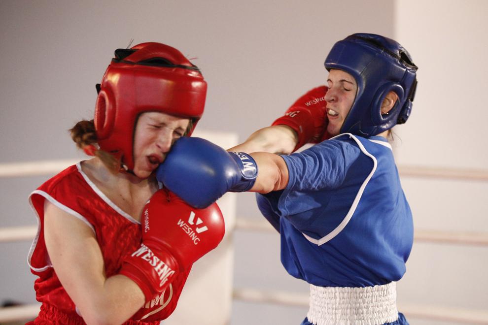 Două pugiliste se luptă într-un meci din cadrul Cupei României la Box Feminin, în complexul comercial Galleria Mall din Buzău, marţi, 24 februarie 2015.