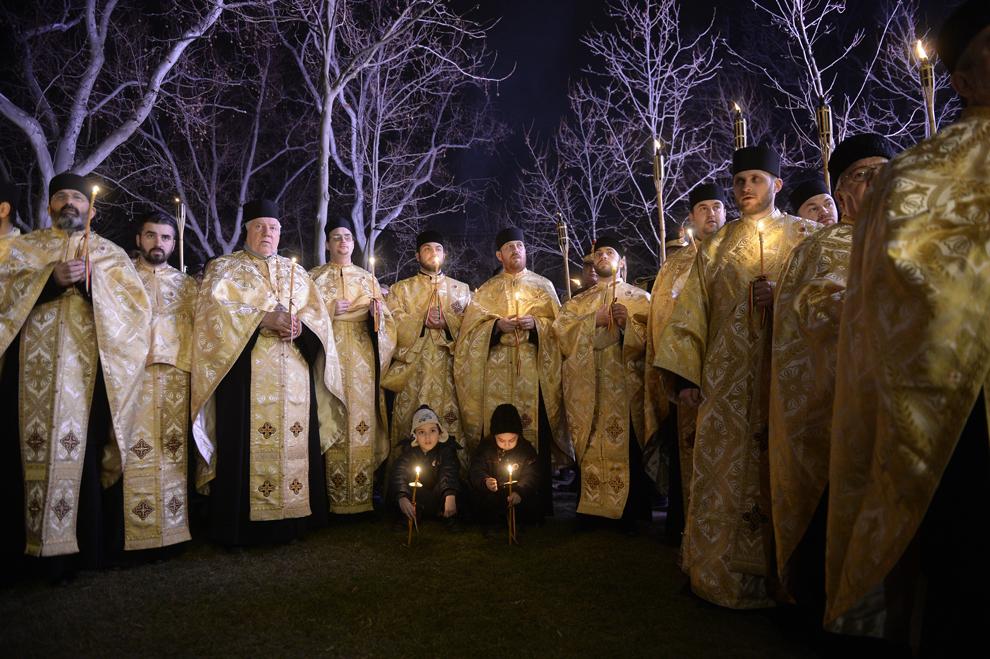 """Preoţi ortodocşi participă la procesiunea religioasă prilejuită de sărbătorirea Duminicii Ortodoxiei, desfăşurată sub genericul """"Icoana – Fereastră spre Dumnezeu"""", în Bucureşti, sâmbătă, 28 februarie 2015."""