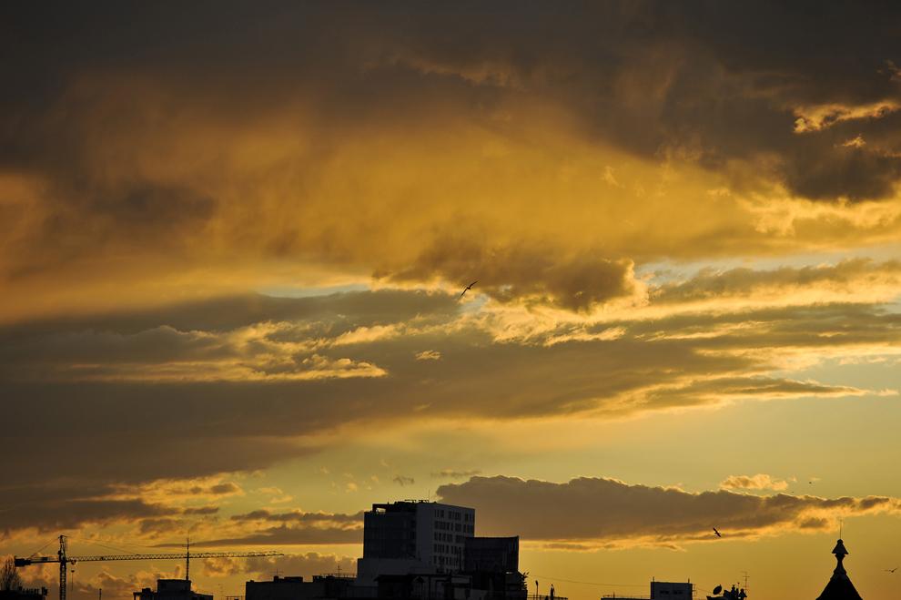Soarele apune peste Bucureşti, marţi, 3 martie 2015.