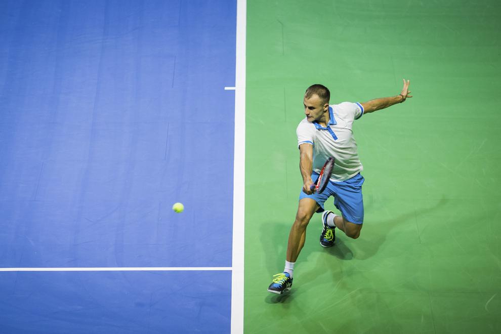 Marius Copil returnează mingea în meciul de tenis cu Dudi Sela, din cadrul întâlnirii de Cupa Davis dintre România şi Israel, în Sibiu, vineri, 6 martie 2015.