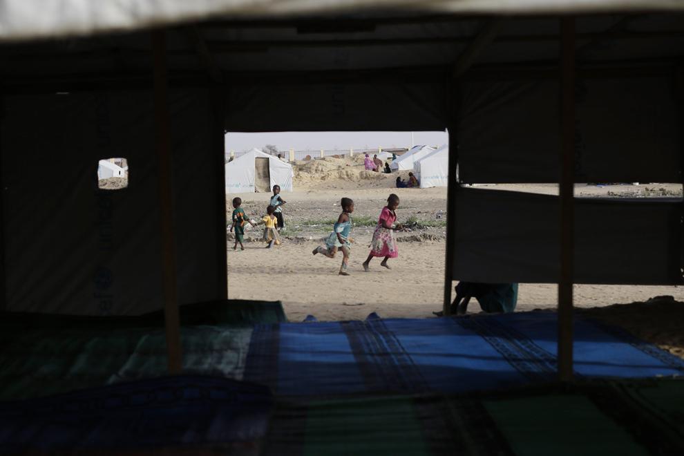 Copii se joacă într-o moscheie improvizată în tabăra de refugiaţi Zafaye, situată la aproximativ 15 kilometri de centrul oraşului N'djamena, Ciad, miercuri, 11 martie 2015.