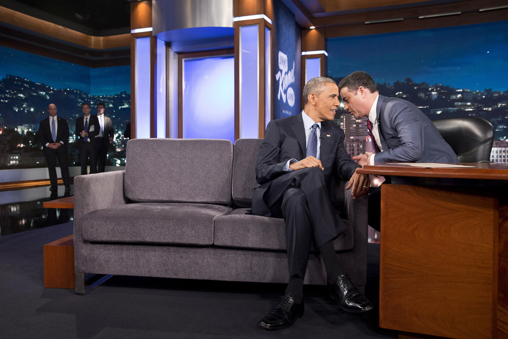 Preşedintele Barack Obama discută cu Jimmy Kimmel, în pauza emisiunii Jimmy Kimmel Live, joi, 12 martie 2015.