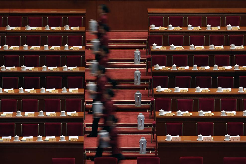 Hostese pregătesc ceai pentru membrii Comitetului Naţional al Conferinţei Consultative pe teme Politice a Poporului Chinez, înaintea ceremoniei de închidere, în Beijing, vineri, 13 martie 2015.