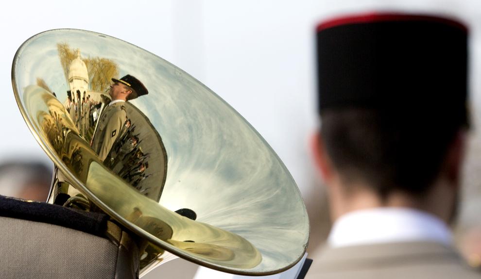 Reflexia unui soldat francez şi a monumentului dedicat cetăţenilor de origine indiană morţi în primul război mondial din Neuve Chapelle, poate fi văzută pe un instrument muzical, în timpul unei comemorări, în Neuve Chapelle, Franţa, vineri, 13 martie 2015.