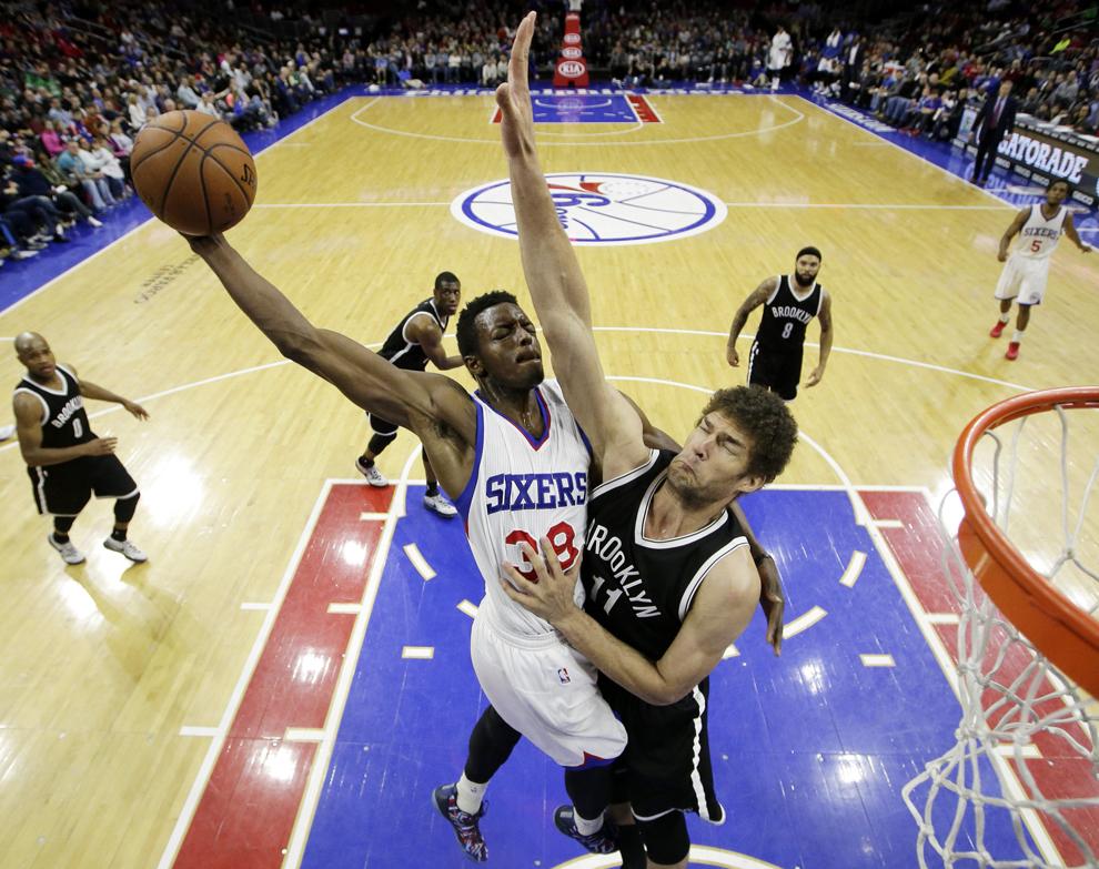 Jucătorul echipei de baschet Philadelphia 76, Jerami Grant (39) se luptă pentru minge cu jucătorul echipei Brooklin Nests, Brook Lopez (11) în timpul unui meci NBA, desfăşurat în Philadelphia, sâmbătă, 14 martie  2015.