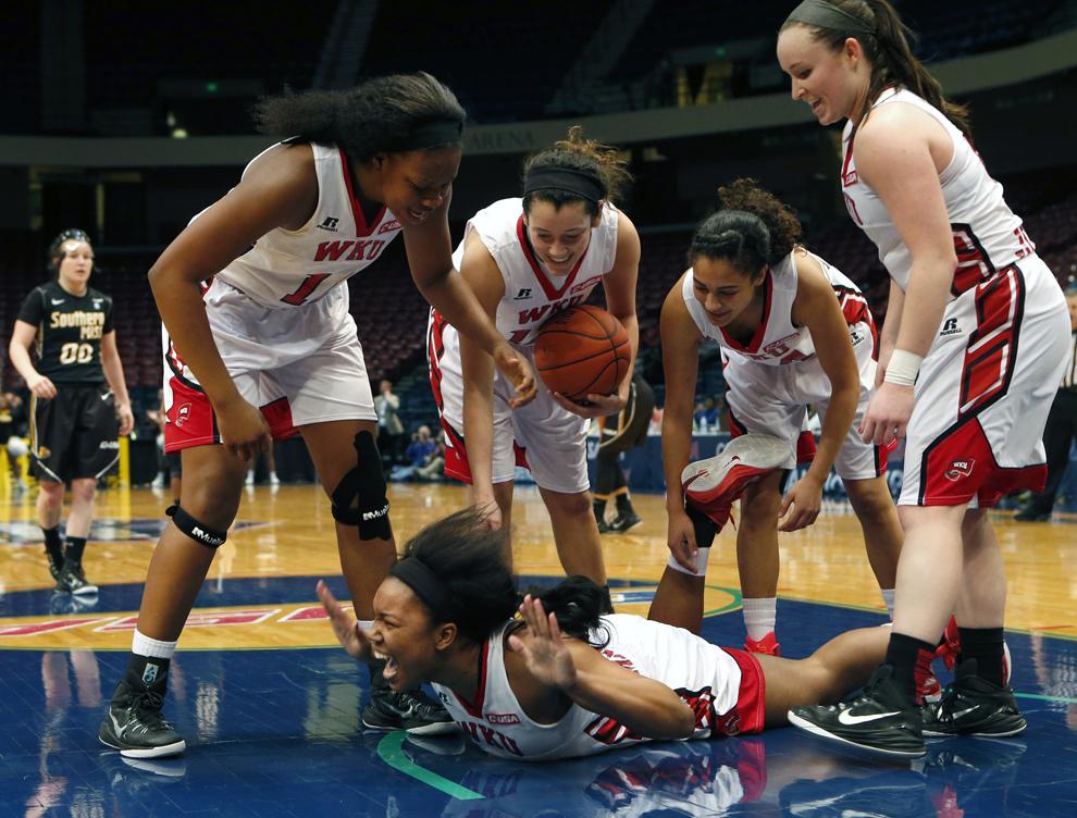 Atacanta echipei Western Kentucky,  Jalynn McClain (33) reacţionează după ce a fost faultată într-un meci de baschet NCAA disputat împotriva echipei Southern Mississippi, în Birmigham, Alabama, sâmbătă, 14 martie 2015.