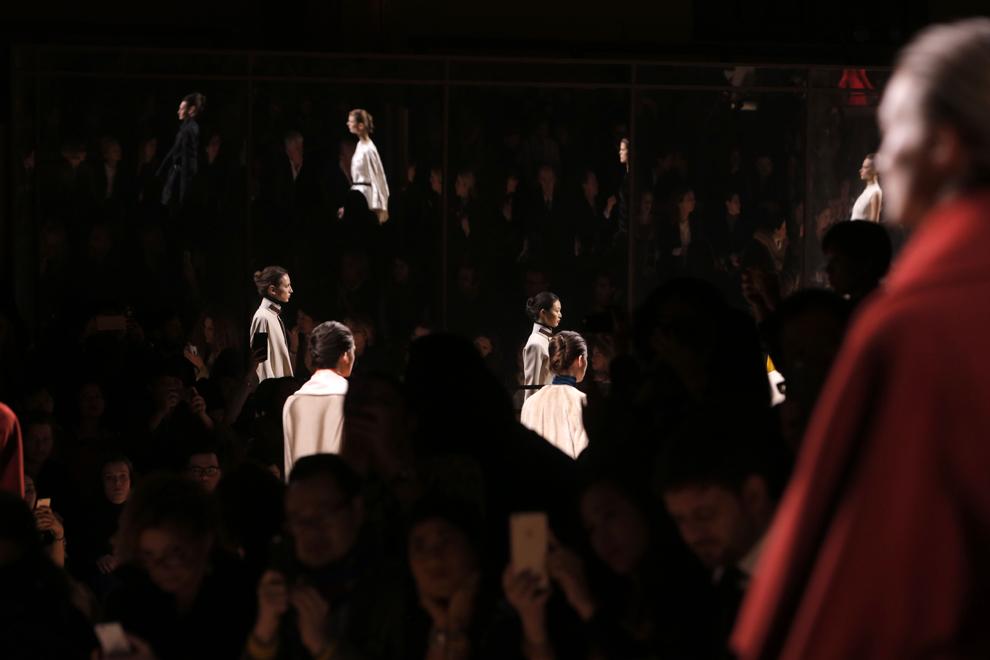 Modele prezintă creaţii ale colecţiei Hermes toamnă-iarnă 2015-2016 în timpul Paris Fashion Week, în Paris, Franţa, luni, 9 martie 2015.