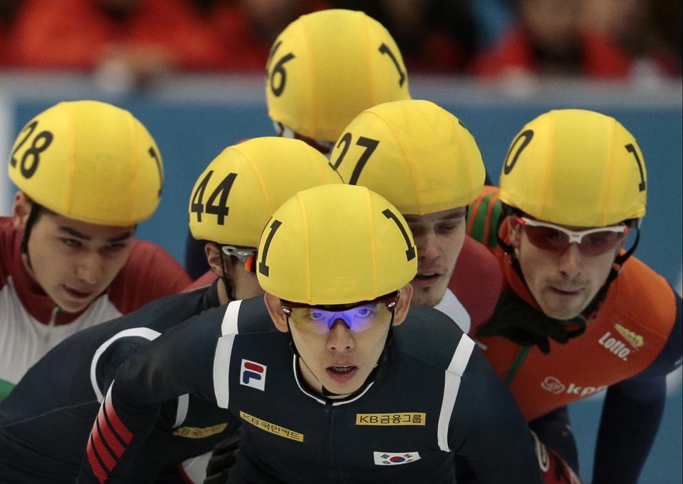 Reprezentantul Coreei, Lee Jung-Su, conduce în cursa de ştafetă de patinaj viteză de 5000 de metri, în cadrul campionatului mondial de patinaj viteză, în Moscova, Rusia, duminică, 15 martie 2015.