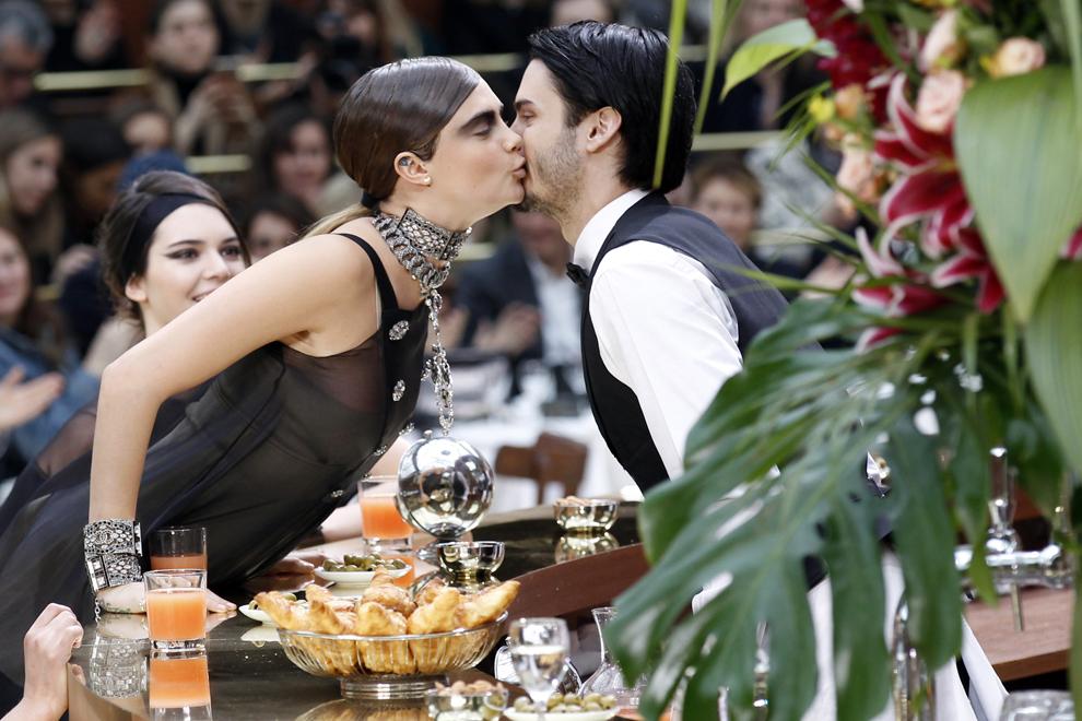 Fotomodelul Cara Delevingne sărută un chelner în timp ce prezintă creaţiile casei Chanel ale colecţiei toamnă-iarnă 2015-2016, în timpul Paris Fashion Week, în Paris, Franţa, marţi, 10 martie 2015.