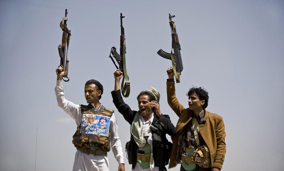 Susţinători ai lui Ahmed Ali Abdullah Saleh, fiul fostului preşedinte yemenit  Ali Abdullah Saleh, ţin arme în mâini, în timp ce strigă sloganuri, în timpul unei demonstraţii în care cer alegeri prezidenţiale în care să participe şi tânărul Saleh, în Sanaa, Yemen, marţi, 10 martie 2015.