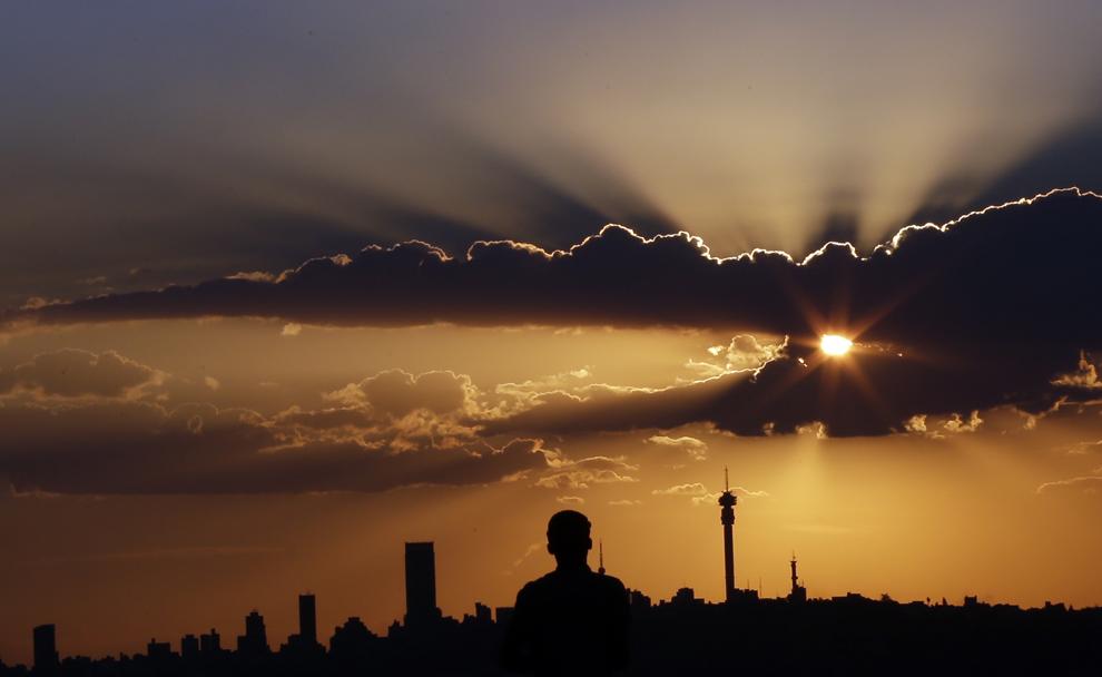Un bărbat priveşte apusul soarelui, în Johannesburg, Africa de Sud, marţi, 10 martie 2015.