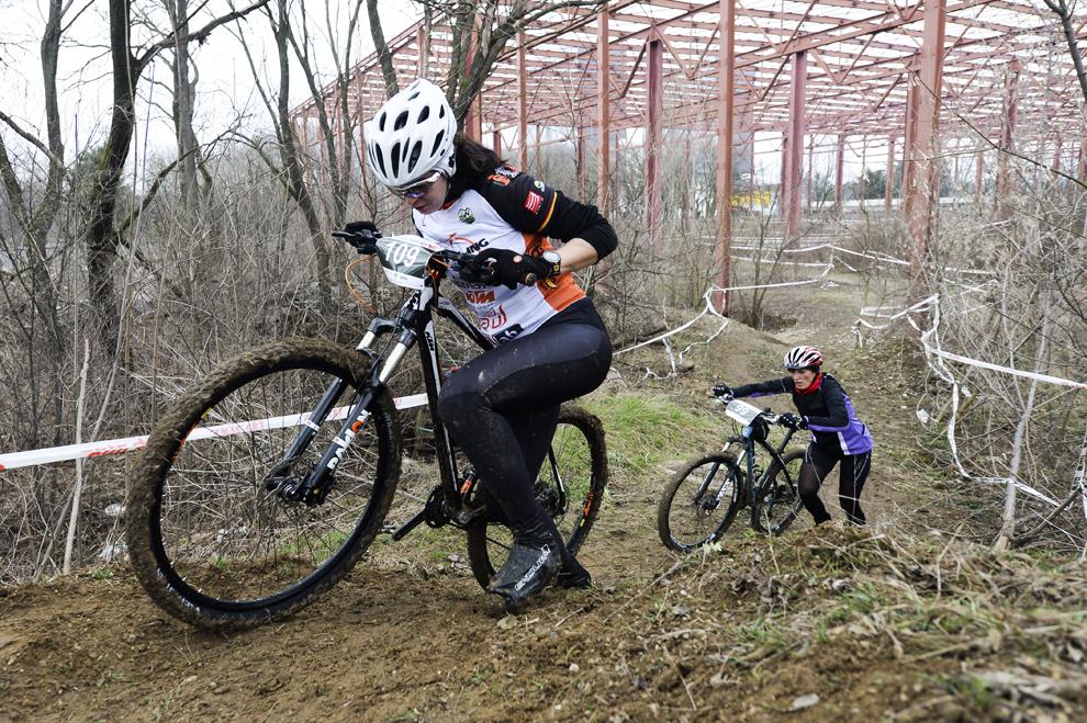 Concurenţi participă la concursul de biciclism Urban Triall XCC organizat în incinta complexului Romexpo, în Bucureşti, duminică, 15 martie 2015.