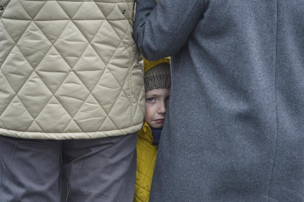 O fetiţă plânge în timpul procesiunii de Florii, organizată de Arhiepiscopia romano-catolica de Bucureşti, în Bucureşti, duminică, 29 martie 2015.
