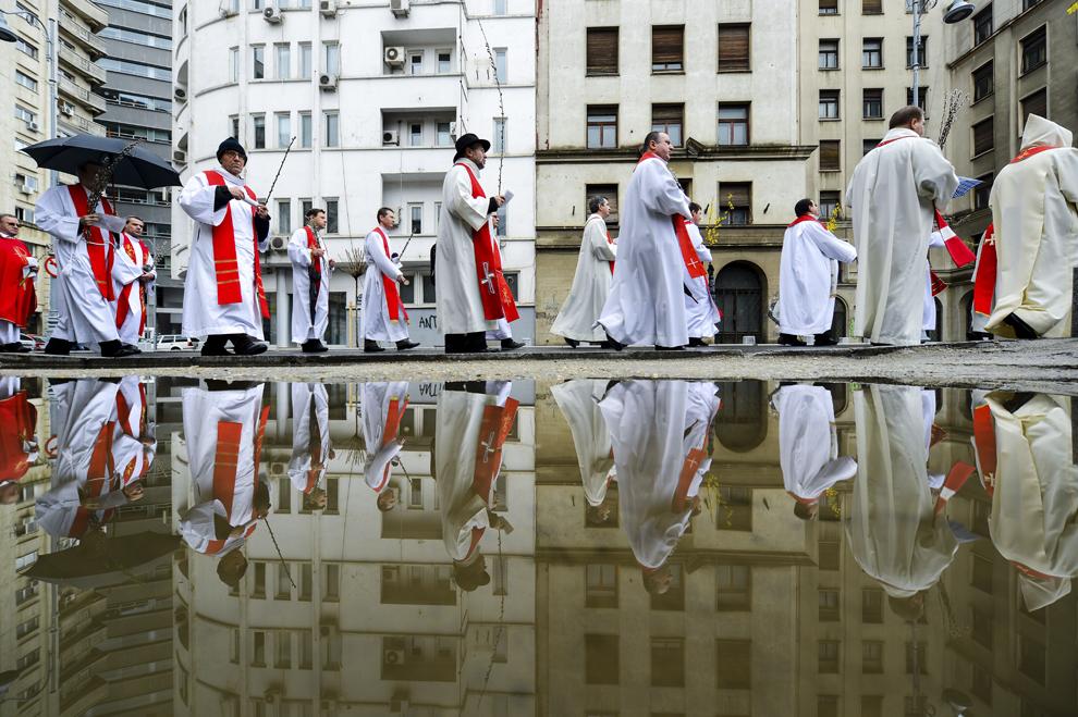 Credincioşi şi preoţi romano-catolici participă la procesiunea de Florii organizată de Arhiepiscopia romano-catolica de Bucureşti, în Bucureşti, duminică, 29 martie 2015. Aproximativ 2.500 de credincioşi şi preoţi romano-catolici au participat, duminică, la procesiunea de Florii din Capitală, care a început la Biserica Franceză Sacré Coeur şi s-a încheiat la Catedrala Sfântul Iosif, unde pelerinii au ascultat Sfânta şi Dumnezeiasca Liturghie solemnă, prezidata de IPS Ioan Robu, Arhiepiscopul Mitropolit de Bucureşti.