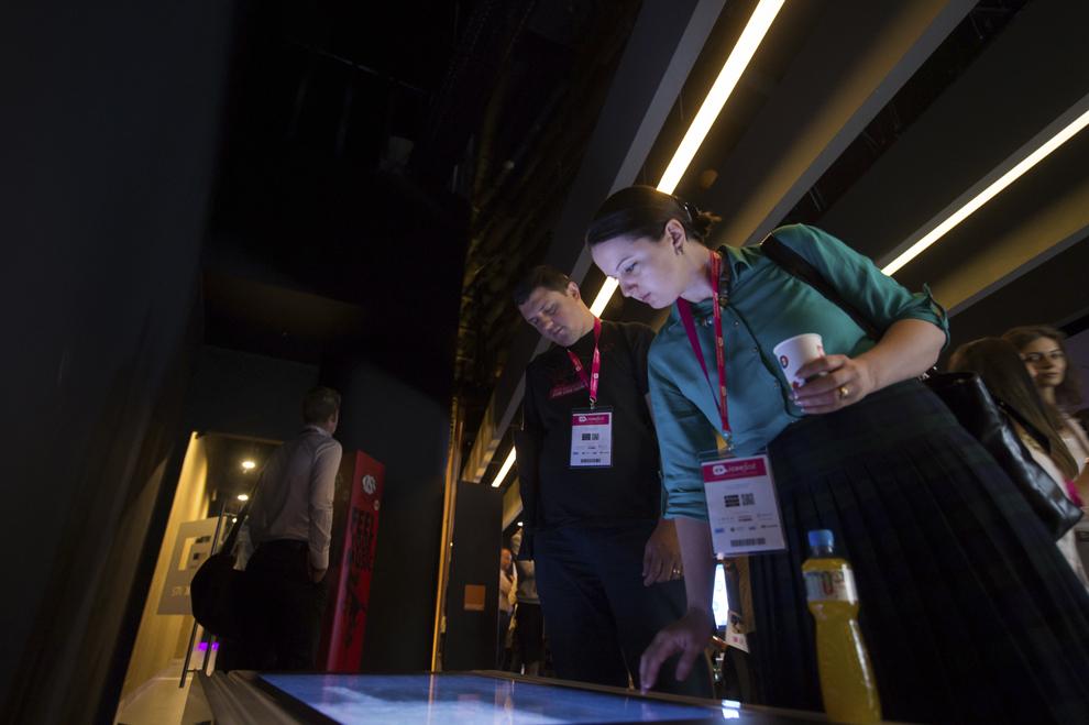 Persoane participă la festivalul dedicat industriei digitale şi interactive din Europa Centrală şi de Est, Interactive Central and Eastern Europe Festival 2015 (ICEEFest), în Bucureşti, joi, 11 iunie 2015.