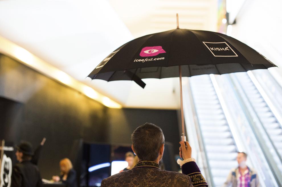 Un bărbat prezintă o umbrelă inteligentă Kisha în timpul festivalului dedicat industriei digitale şi interactive din Europa Centrală şi de Est, Interactive Central and Eastern Europe Festival 2015 (ICEEFest), în Bucureşti, joi, 11 iunie 2015.
