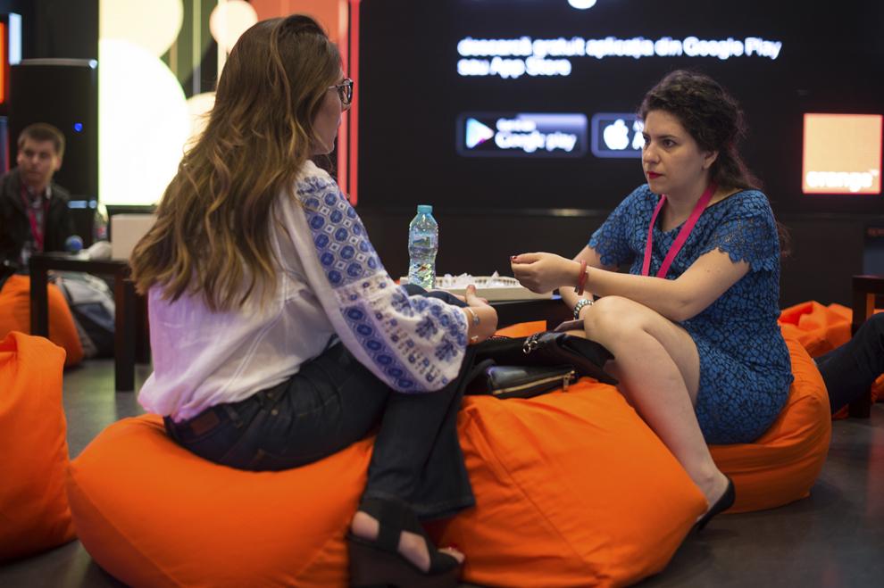 Două persoane discută în timpul festivalului dedicat industriei digitale şi interactive din Europa Centrală şi de Est, Interactive Central and Eastern Europe Festival 2015 (ICEEFest), în Bucureşti, joi, 11 iunie 2015.