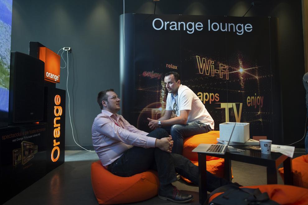 Persoane discută în interiorul Orange Lounge din cadrul festivalului dedicat industriei digitale şi interactive din Europa Centrală şi de Est, Interactive Central and Eastern Europe Festival 2015 (ICEEFest), în Bucureşti, joi, 11 iunie 2015.