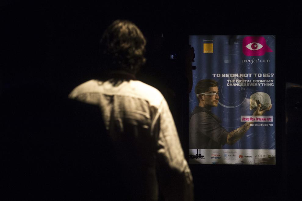 O persoană priveşte afişul ICEEfest 2015, în timpul festivalului dedicat industriei digitale şi interactive din Europa Centrală şi de Est, Interactive Central and Eastern Europe Festival 2015 (ICEEFest), în Bucureşti, joi, 11 iunie 2015.