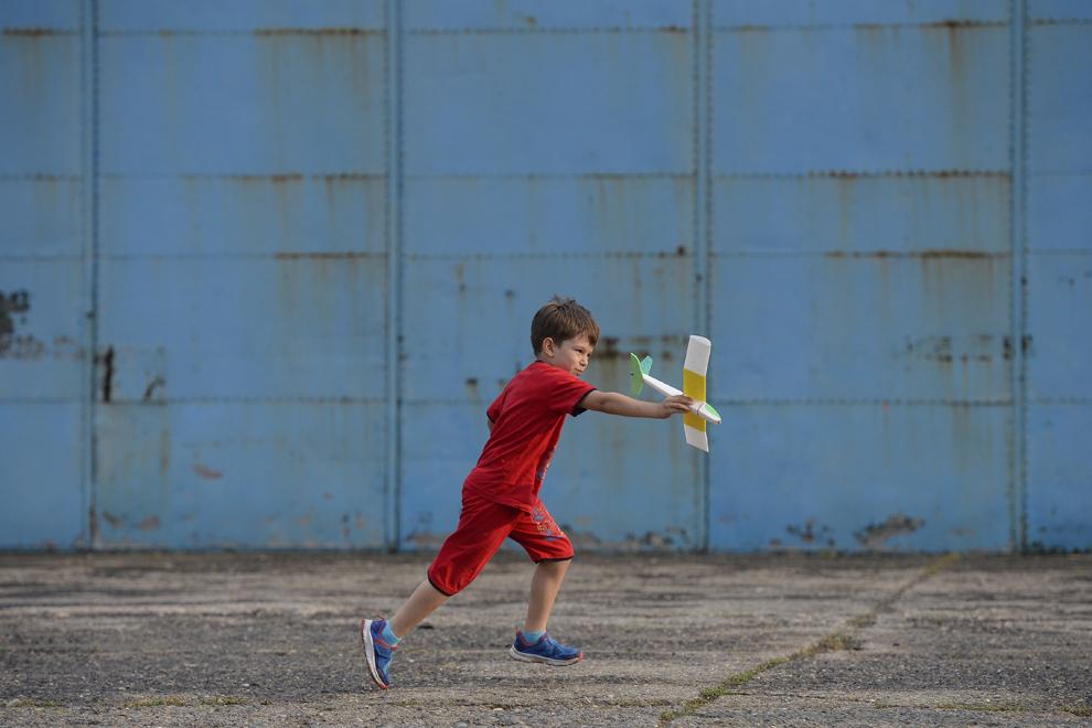 Un copil aleargă cu o jucărie sub formă de zmeu în mână, în timpul spectacolului aviatic de la 'Bucharest International Air Show & General Aviation Exibition 2015 - BIAS 2015', organizat la Aeroportul Internaţional Bucureşti Băneasa 'Aurel Vlaicu', în Bucureşti, sâmbătă, 20 iunie 2015.